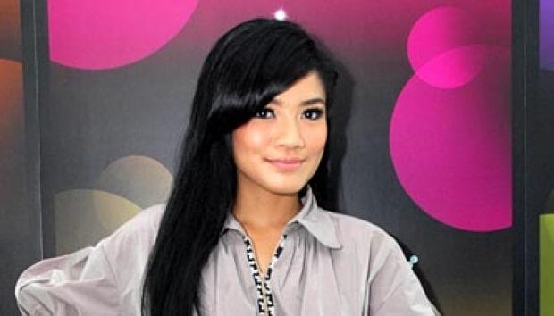 Model Rambut Panjang Indonesia ala Artis